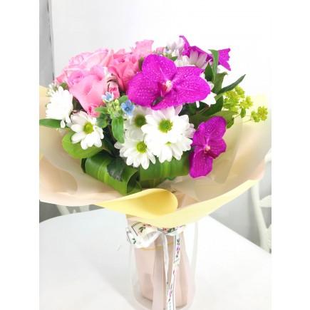 萬代玫瑰或小牡丹花束